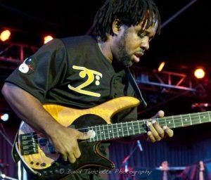 … würde eher den Drummer muten statt seinen Slap-Bass: Über-Bassist Victor Wooten   Quelle: http://www.thefullframe.com/2011/03/victor-wooten-the-berks-jazz-fest/